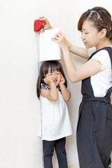 娘の身長を測る母親