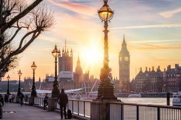 Fotomurales - Sonnenuntergang hinter dem Westminster Palast und dem Big Ben in London, Großbritannien