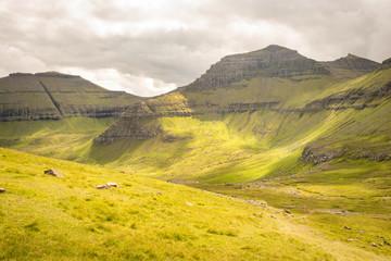 Papiers peints Orange Un paysage de vallée et de montagnes en Europe du nord