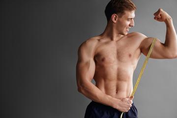 Bodybuilder measuring muscle Fototapete