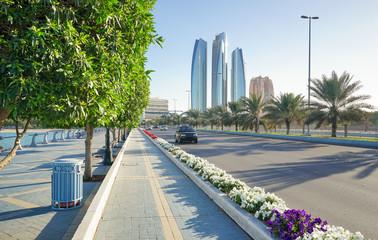 Hauptstrasse mit Skyline von Abu Dhabi, Vereinigte Arabische Emirate