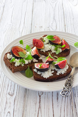 Rye bread toasts with figs and soft cheese