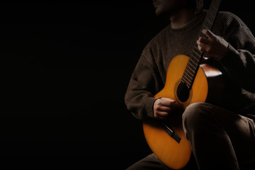In de dag Muziek Classical guitar player. Classic guitarist playing acoustic guitar