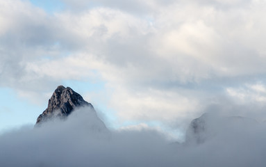 Pico Gilbo entre las nubes. Montañas de Riaño, León, España. Cordillera Cantábrica.