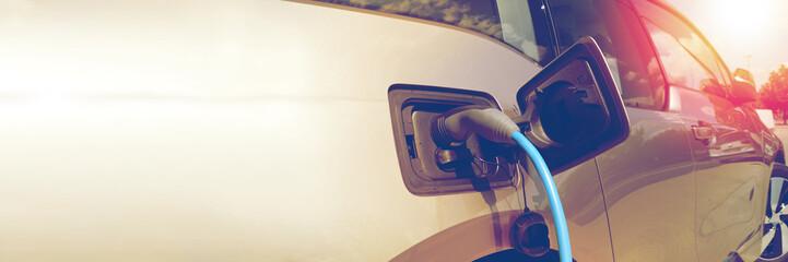 Elektroauto Elektrofahrzeug - Aufladen an Ladestation - nachhaltig und umweltschonend - Elektromobilität - Platz für Ihren Text