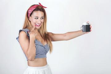 chica sonriente con cámara de fotos
