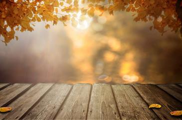 Holztisch mit Herbstblätter