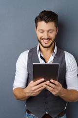 mann liest auf seinem tablet-pc