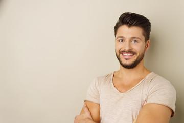 lächelnder junger mann mit bart