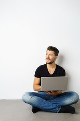 mann mit laptop schaut zur seite