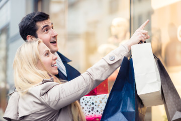 Frau und Mann tragen Weihnachtsgeschenke heim