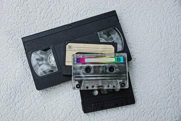 набор кассет для аудио и видеокассета на сером фоне