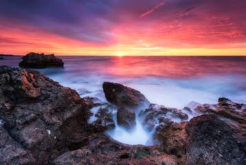 Photo sur Toile Grenat Rocky sunrise / Magnificent sunrise view at the Black sea coast, Bulgaria