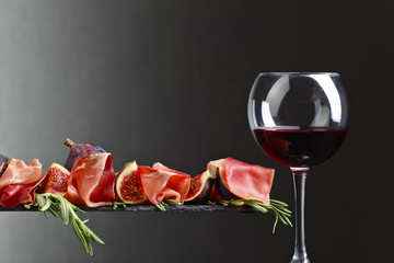 Prosciutto with figs, red wine and rosemary .
