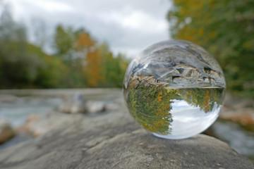 herbstwald in kristallkugel, sense, bern, schweiz