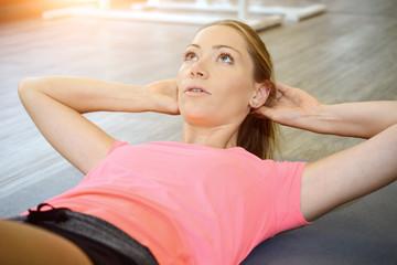 Frau im Fitnessstudio bei Sit-Ups für Bauchmuskeln und Sixpack
