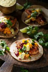 Délicieux tacos de poulet et sa sauce à la mangue