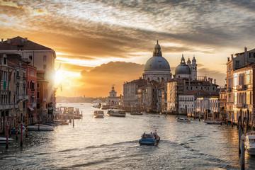 Der Canal Grande in Venedig, Italien, bei Sonnenaufgang