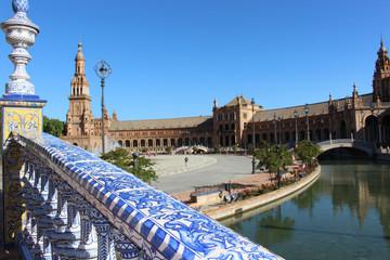 Vue d'un pont de la place d'Espagne (Séville - Espagne)