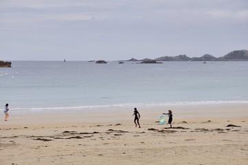 Deux jeune surfeuses sur la plage Trestraou de Perros-Guirec en Bretagne