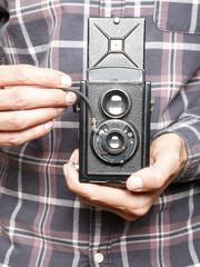 Hombre con cámara doble objetivo