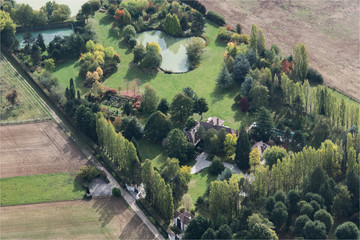 Vue aérienne d'une belle demeure à Grosrouvre dans les Yvelines à l'ouest de Paris