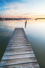Segelboote am Neusiedlersee bei Rust bei Sonnenaufgang