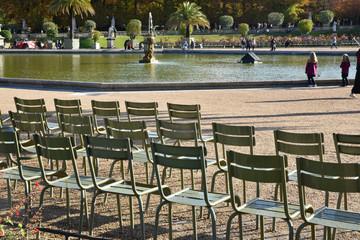 Chaises vertes au jardin du Luxembourg à Paris, France