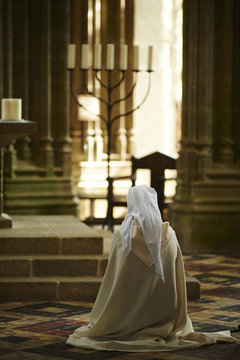 Una religiosa rezando en la Abadia del Mont Saint Michel