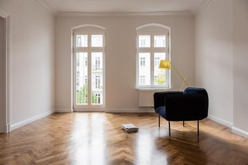 blaues Sofa in einer modernisierten Altbauwohnung