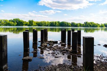 Pfähle am Ufer
