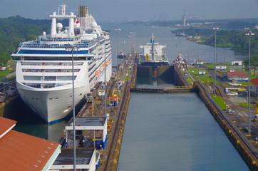 Kreuzfahrtschiff und Tanker fahren durch Panama Kanal