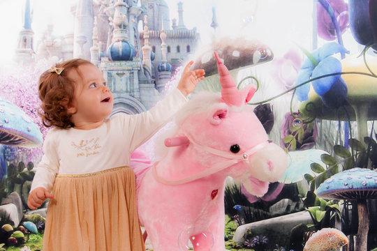 enfant et sa licorne rose