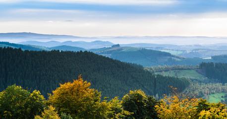 Panorama der Herbstzeit im Sauerland mit Fernblick ins Siegerland