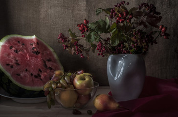 арбуз с фруктами и букетом