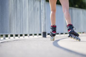 Frau, 22 Jahre, beim Inline Skaten, Detailaufnahme Skates und Beine