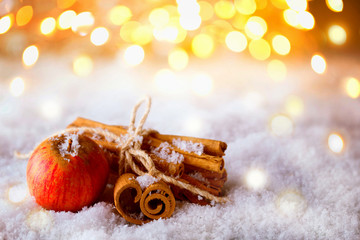 Weihnachten, Advent  -  Apfel und Zimtstangen im Schnee