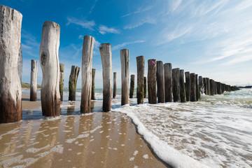 Strand mit Buhnen bei Flut