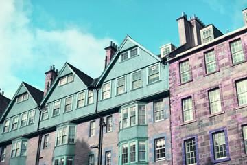 Coloridas fachadas de casas en colores pastel, azul y rosa.