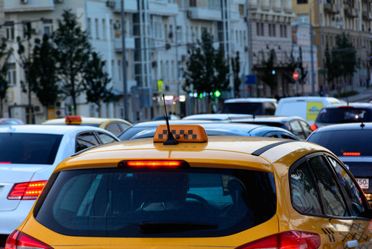 Такси крупным планом на улице с пробками