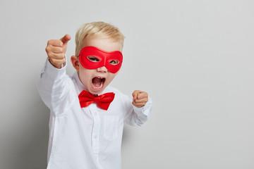 Kind als Superheld mit Maske