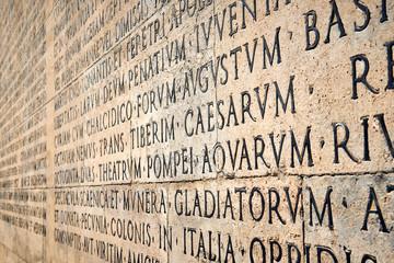 Iscrizione latina sul muro esterno dell'Ara Pacis di Augusto a Roma