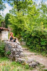 Femme dans les ruines à Peyrusse-le-Roc