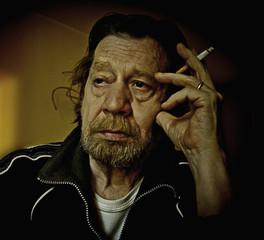Uomo anziano, fumatore, tabagista.