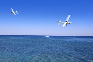 Samolot sterowany radiowo w powietrzu nad morzem Śrudziemnym.