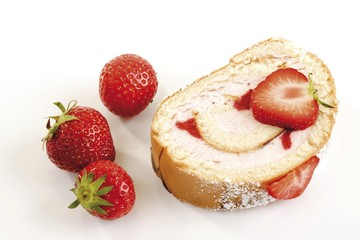 Rolled spongecake with strawberries