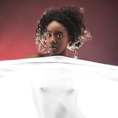ragazza nera con lenzuolo bianco