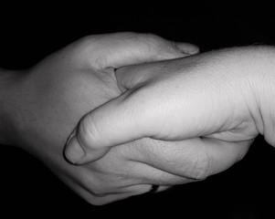Handschlag freigestellt auf schwarz