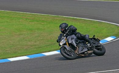 motard en sortie de virage sur un circuit de moto