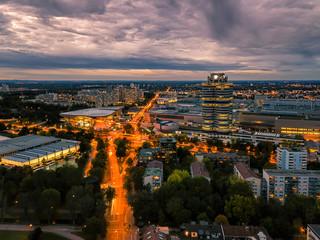 Abendstimmung über dem Olympiapark von München mit dem Olympiaturm im Herbst zum Jahreszeitwechsel